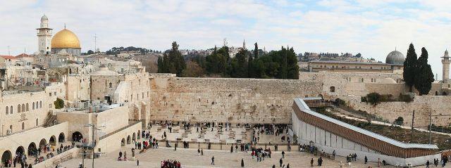 Jerusalem: Klagemauer in der Altstadt mit der Al-Aqsa-Moschee (Kuppel rechts) und dem Felsendom (goldene Kupel links) im Hintergrund