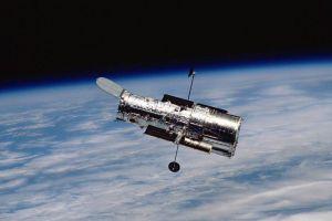 """Hubble 4x61"" von NASA - http://moulindesetoiles.wordpress.com/telescopes-spatiaux/. Lizenziert unter Public domain über Wikimedia Commons"