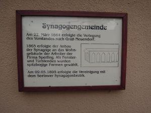 Hinweistafel auf die Synagoge